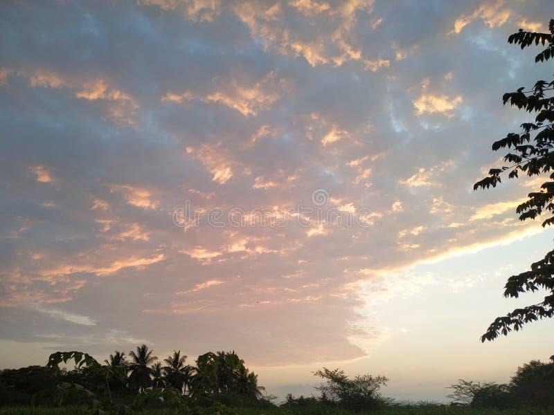 在太阳落山的红色天空 库存图片