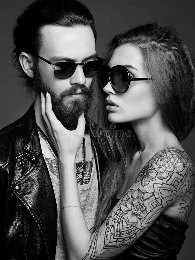 在太阳镜的可爱的美好的夫妇 库存图片