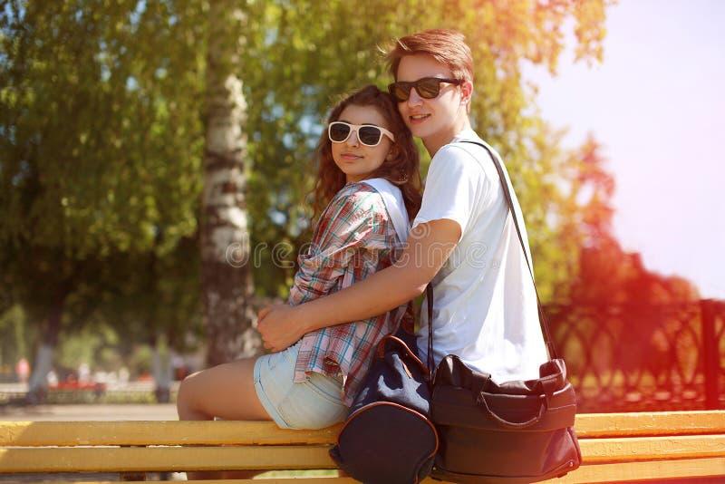 在太阳镜的夏天晴朗的画象愉快的都市年轻夫妇 库存照片
