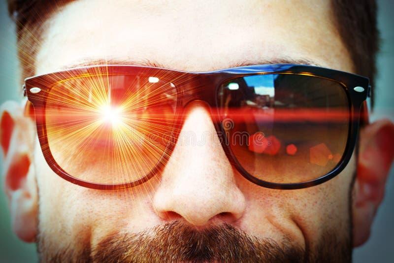 在太阳镜的激光光芒 免版税库存图片