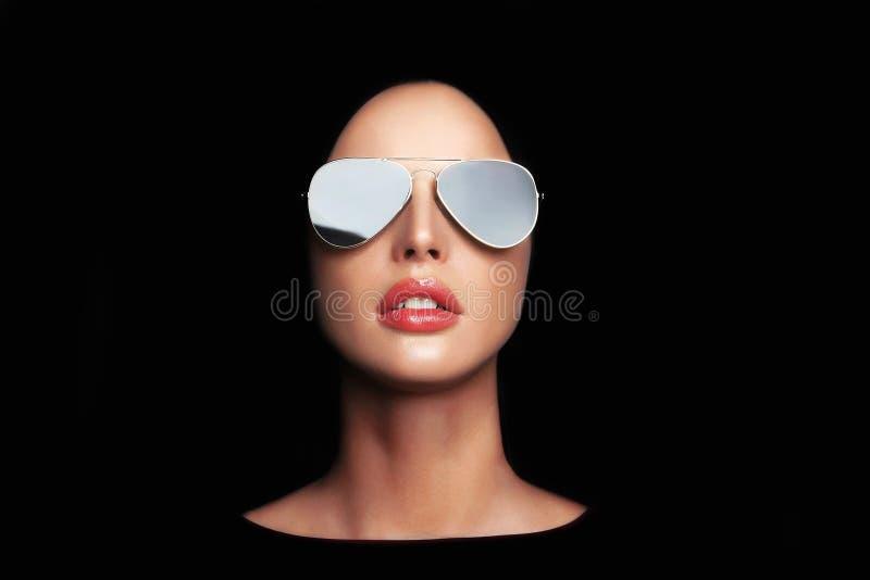 在太阳镜的美丽的少妇面孔 免版税库存照片