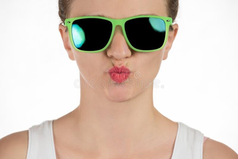 在太阳镜的美好的女孩模型在丝毫的演播室 库存照片