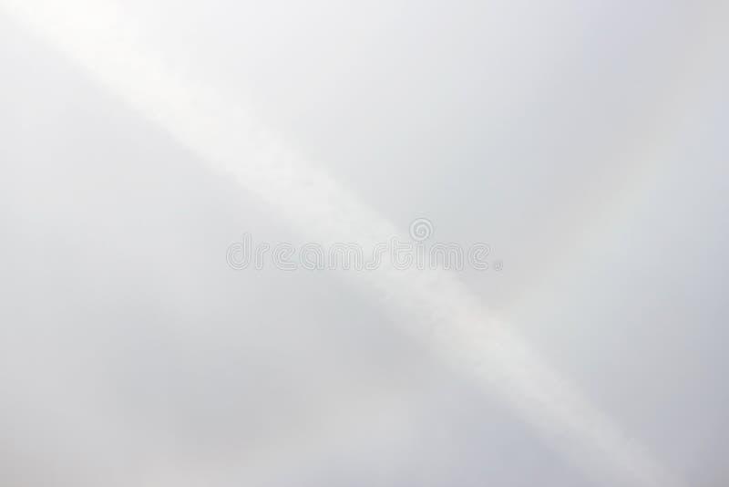 在太阳附近的一条彩虹在天气前的下午恶化的光晕 库存图片