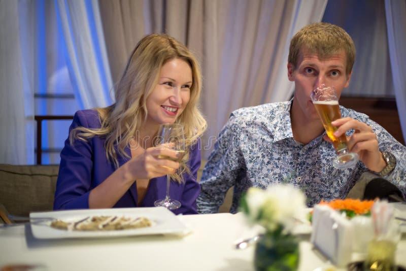 在夫妇的软的焦点在餐馆 免版税库存照片