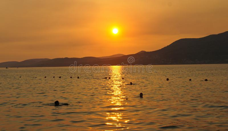 在契奥沃岛海岛上的日落在特罗吉尔市附近的克罗地亚,达尔马提亚 免版税库存图片