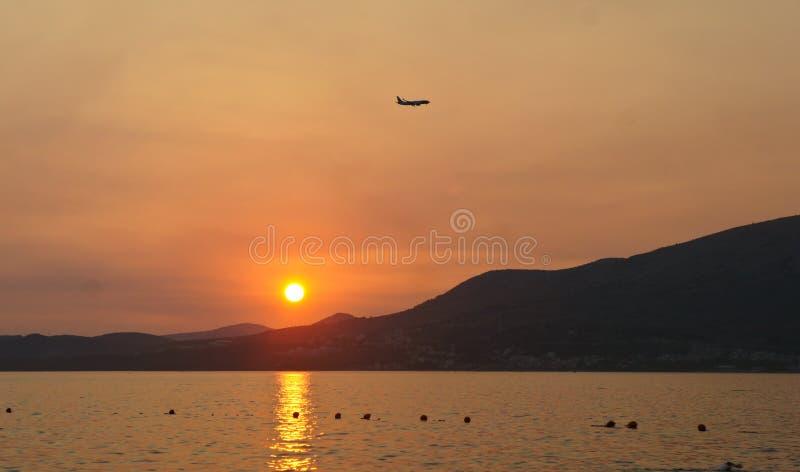 在契奥沃岛海岛上的日落在特罗吉尔市附近的克罗地亚,达尔马提亚 免版税图库摄影