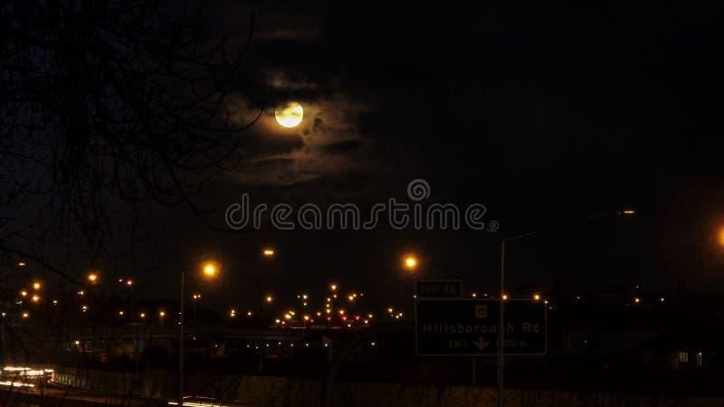 在奥克兰都市风景的上升的月亮 免版税库存照片