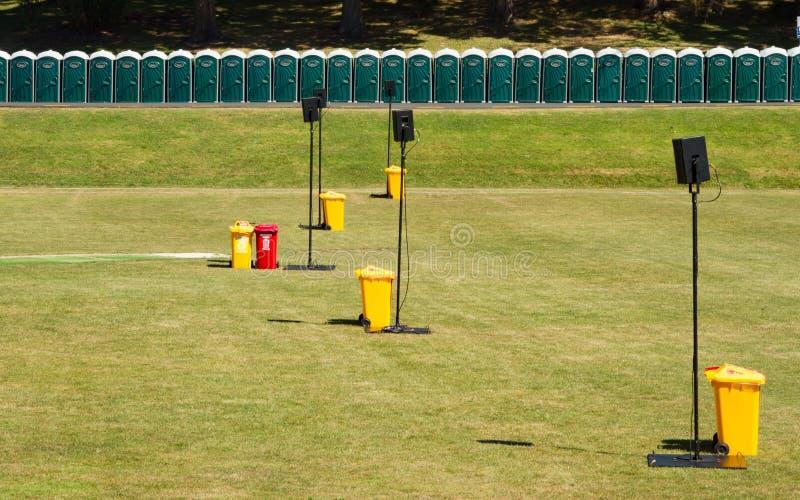 在奥克兰领域,新西兰的黄色和红色垃圾桶 免版税库存照片