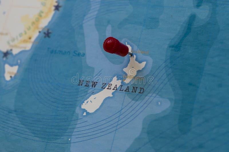 在奥克兰,世界地图的新西兰的一个别针 库存照片