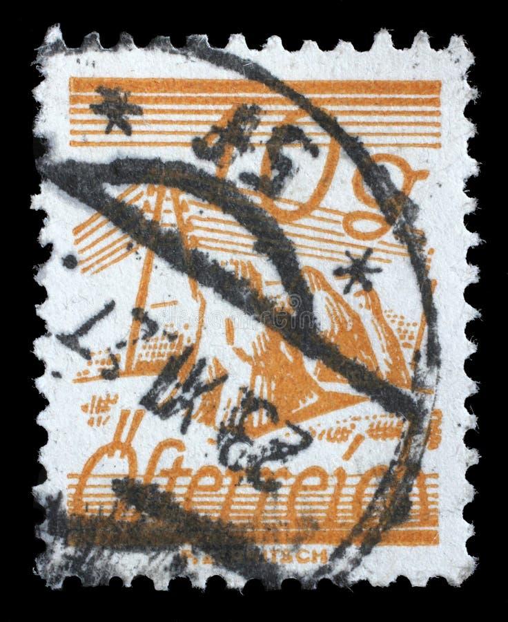 在奥地利打印的邮票,是电报线横渡的被描述的领域 免版税库存照片