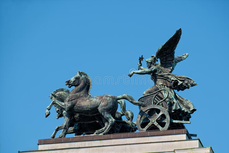 在奥地利议会的古铜色四马二轮战车雕象在维也纳 图库摄影