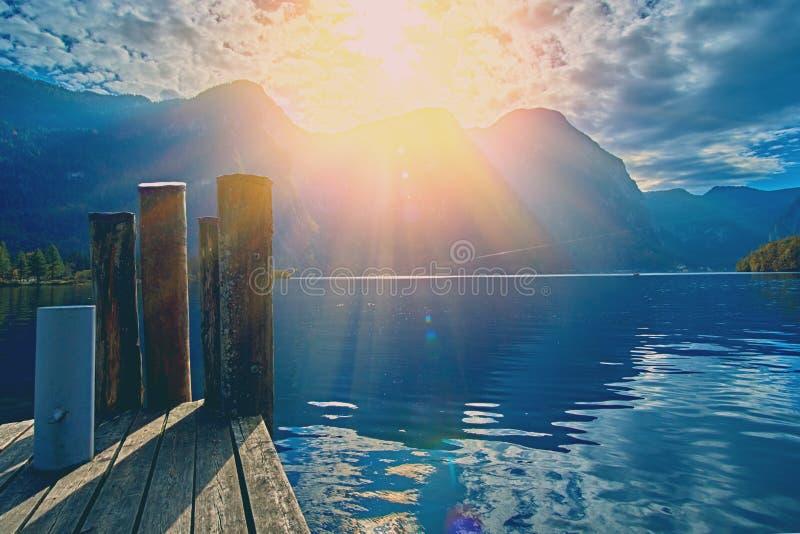 在奥地利阿尔卑斯湖的美好的风景日落 老葡萄酒房子在阿尔卑斯在Hallstatt湖的山村 免版税库存图片