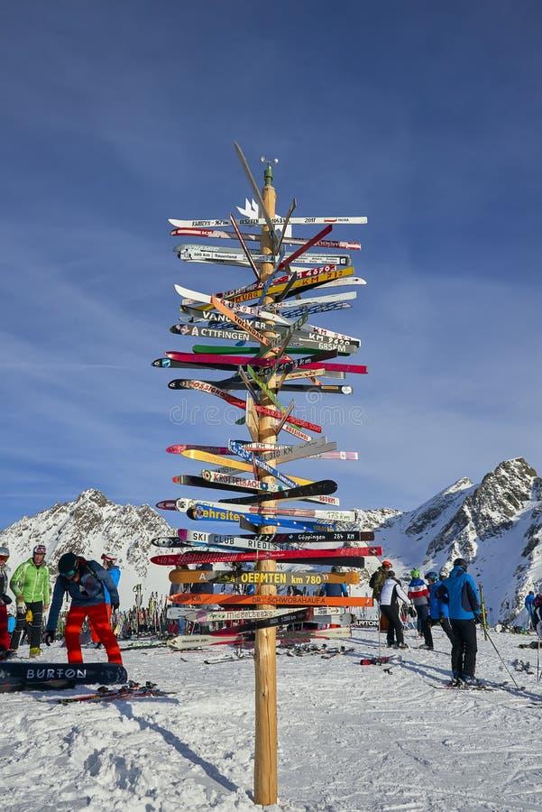 在奥地利阿尔卑斯, Ischgl竖立路标滑雪倾斜在高山滑雪区域 免版税库存照片