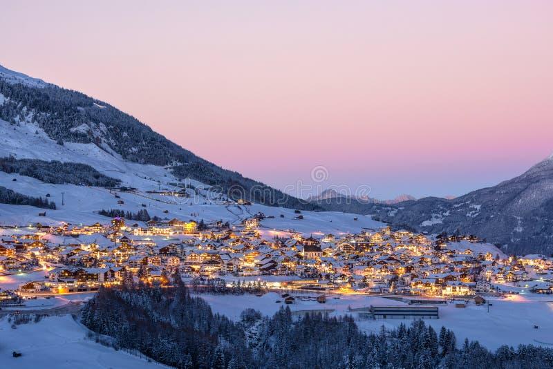 在奥地利高山村庄的日落 免版税图库摄影