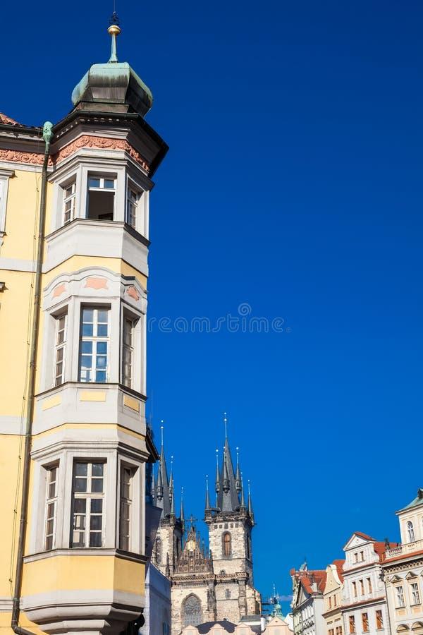在奥尔德敦广场的美丽的大厦在布拉格 免版税库存图片