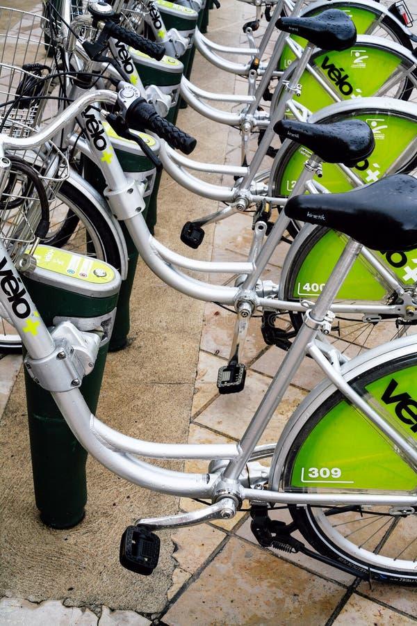 在奥尔良骑自行车在Place du Martroi的停车处 免版税库存照片