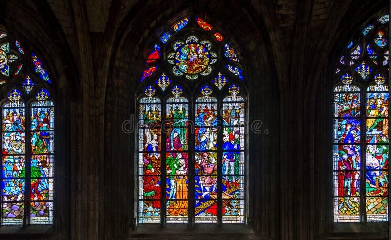 在奥尔良cathedrale圣洁十字架的Steined玻璃  库存照片