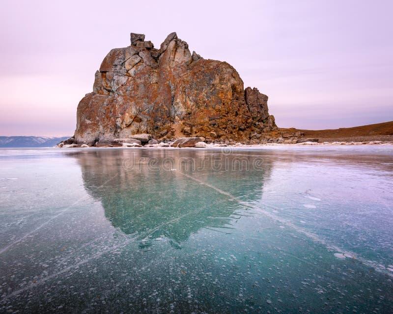 在奥尔洪岛, Baikal湖,俄罗斯的Shamanka神圣的岩石 免版税库存图片