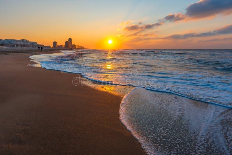 在奥斯坦德海滩的波浪在日落,比利时 库存照片