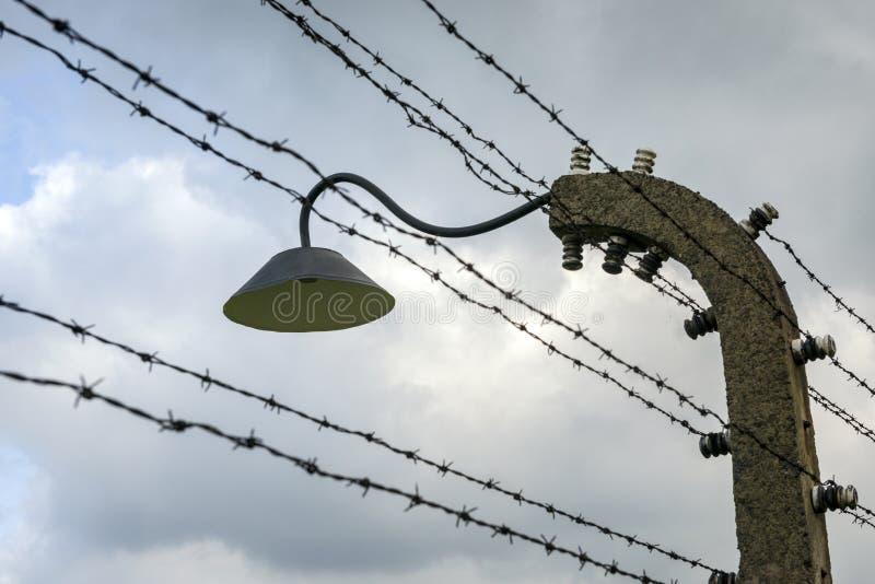 在奥斯威辛II比克瑙集中营的铁丝网篱芭 免版税库存照片