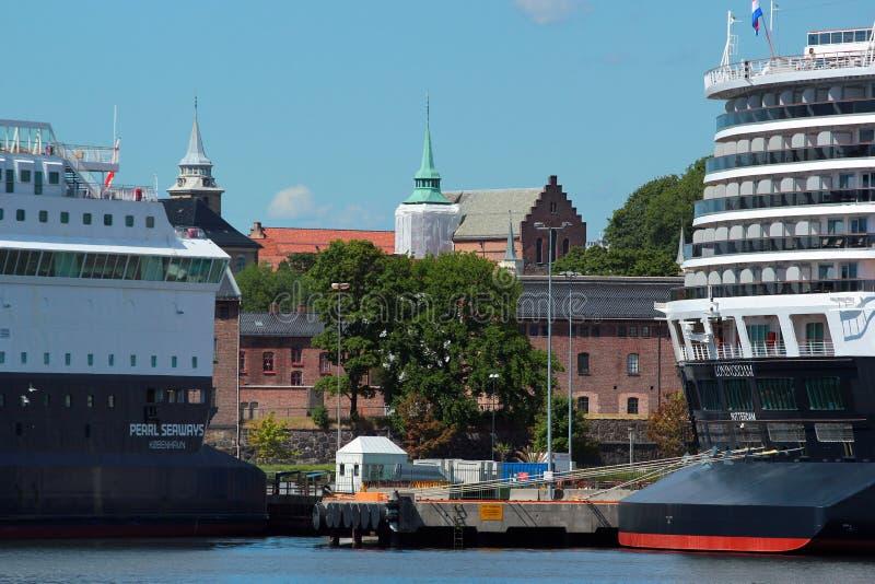 在奥斯陆,挪威成珠状海上航道和Koningsdam游轮 免版税库存图片