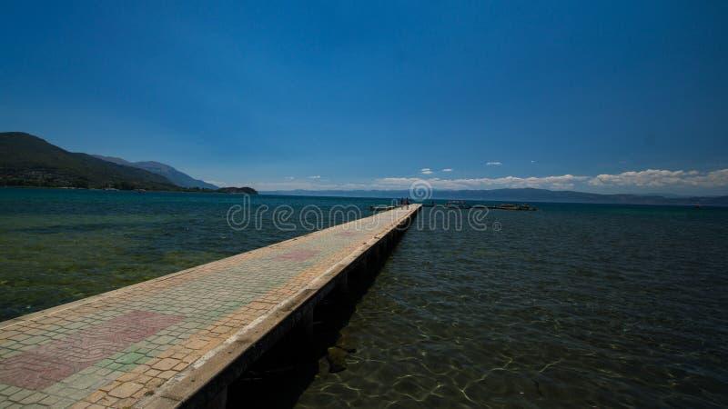 在奥赫里德湖的被铺的跳板 库存图片