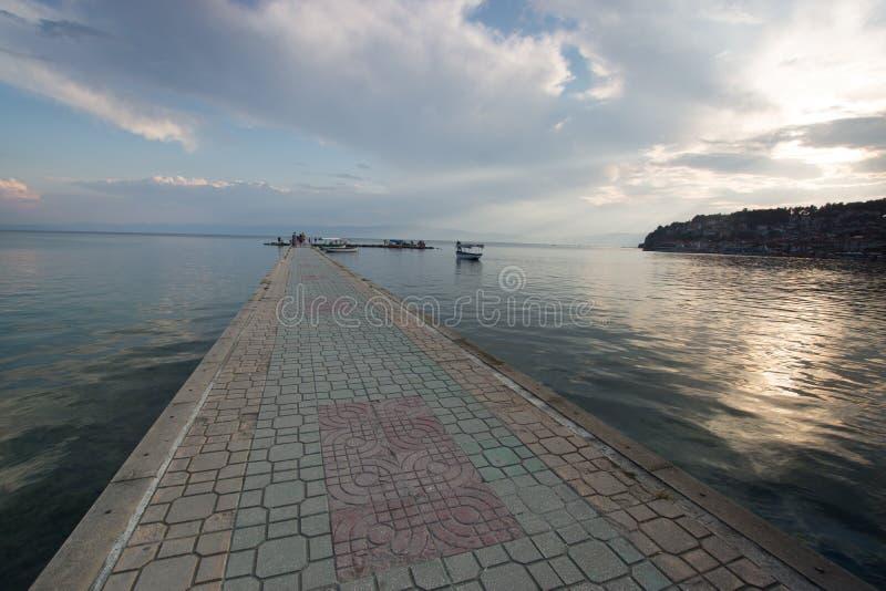 在奥赫里德湖的被铺的跳板 免版税库存照片