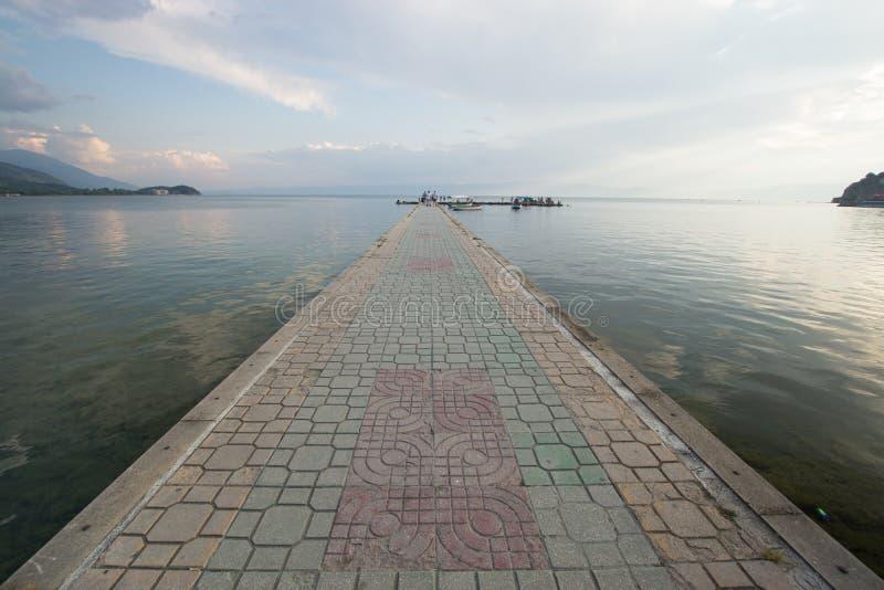在奥赫里德湖的被铺的跳板 图库摄影