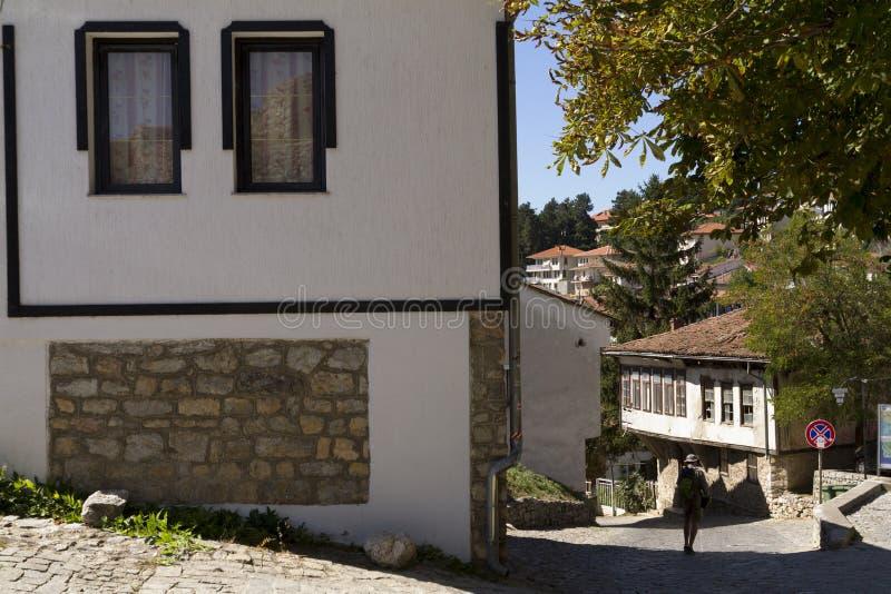 在奥赫里德,马其顿老镇的狭窄的街道上的游人  免版税库存图片