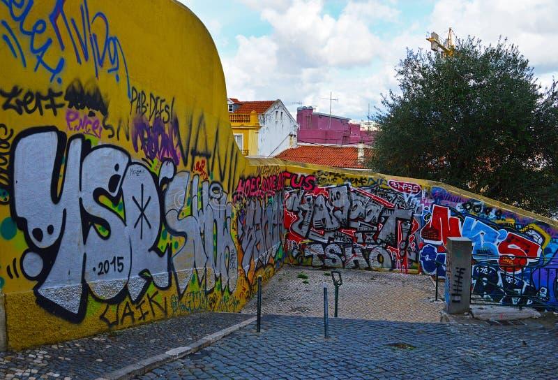 在女低音的街道画做佩纳尔瓦在里斯本,葡萄牙 免版税库存图片