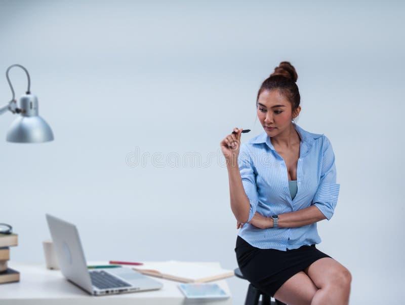 在女商人的选择聚焦在办公室工作 免版税库存照片
