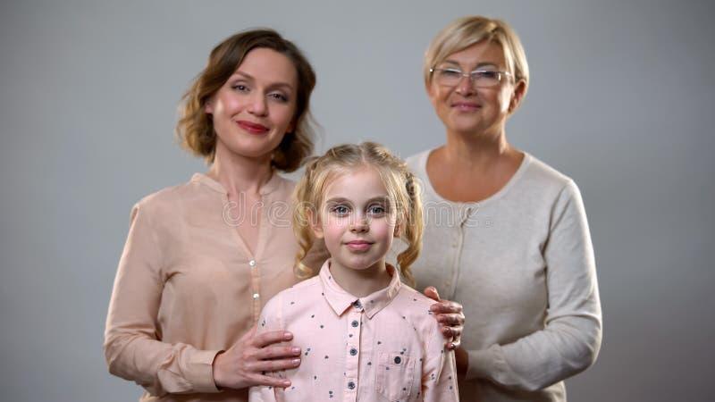 在女孩、支持和关心,儿童养育后的老婆婆和母亲身分 库存照片