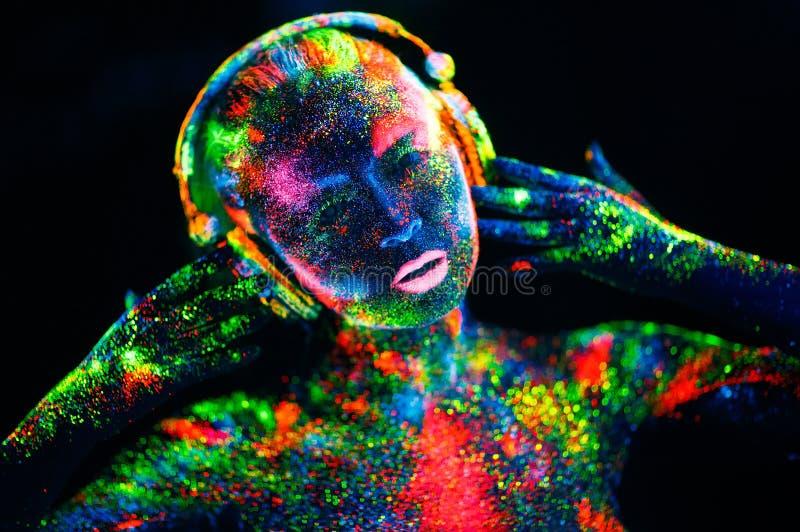 ?? 在女孩的身体绘了DJ甲板 在紫外颜色绘的半裸体的女孩 免版税库存照片