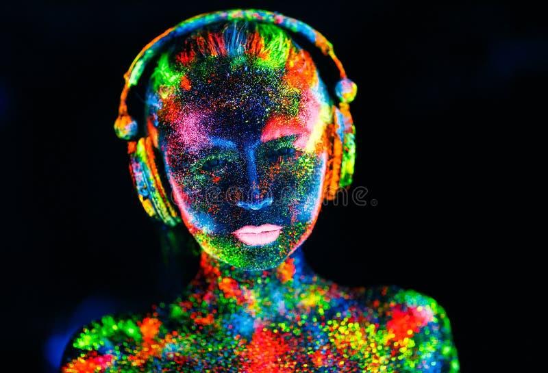 ?? 在女孩的身体绘了DJ甲板 在紫外颜色绘的半裸体的女孩 免版税库存图片