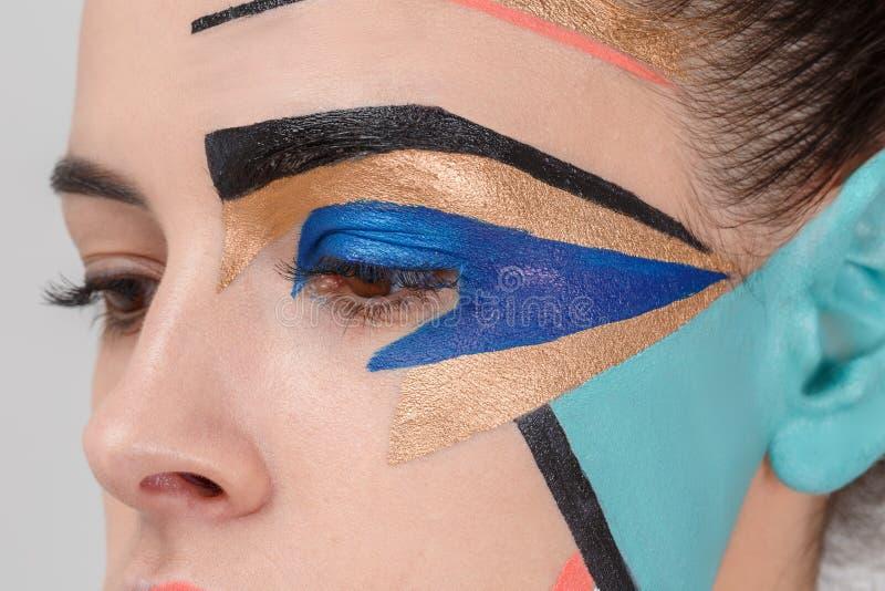 在女孩的面孔的创造性的几何构成 特写镜头 免版税库存图片