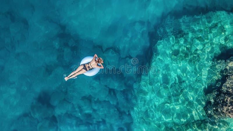 在女孩的鸟瞰图在海 从空气的绿松石水作为从空气的背景 免版税库存图片
