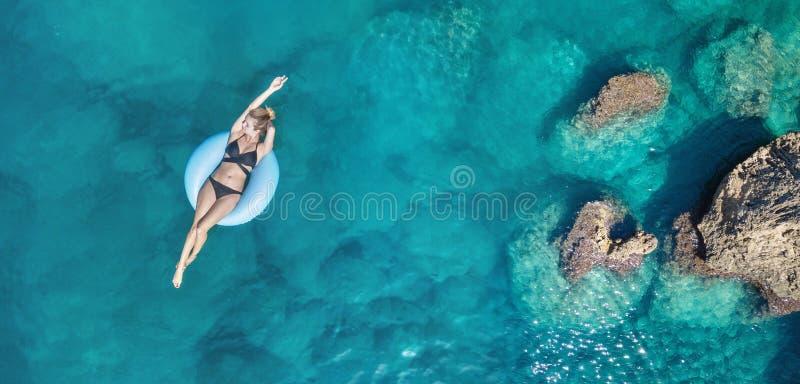 在女孩的鸟瞰图在海 从空气的绿松石水作为从空气的背景 免版税库存照片
