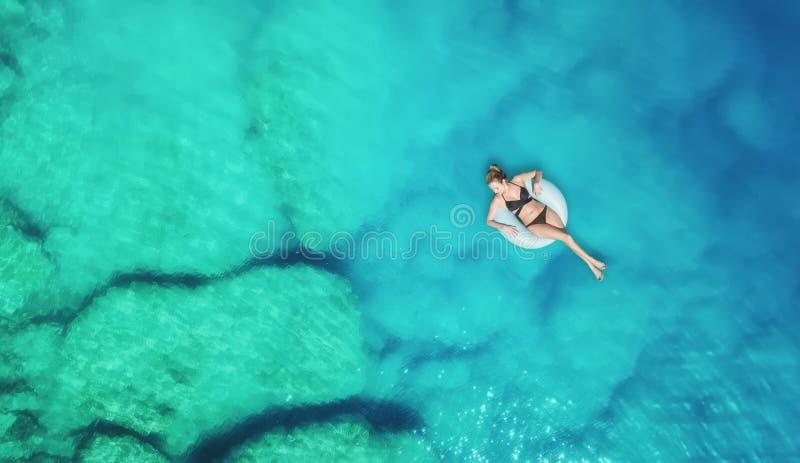 在女孩的鸟瞰图在海 从空气的绿松石水作为从空气的背景 库存照片
