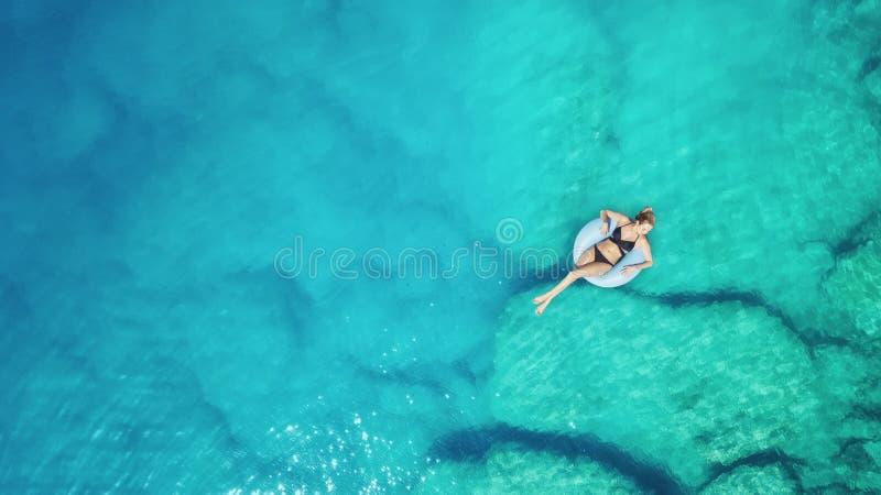 在女孩的鸟瞰图海表面上 图库摄影