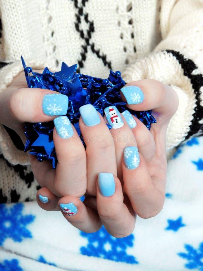 在女孩` s手上的冬天修指甲 免版税库存照片