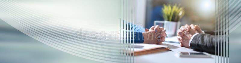 在女实业家和商人,光线影响之间的企业交涉 全景的横幅 免版税库存图片