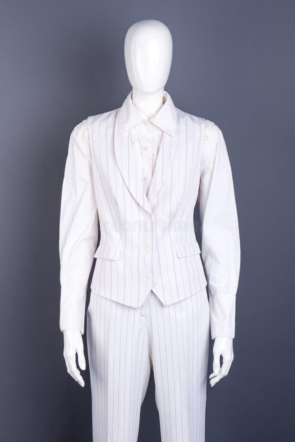 在女性企业样式衣服的时装模特图片