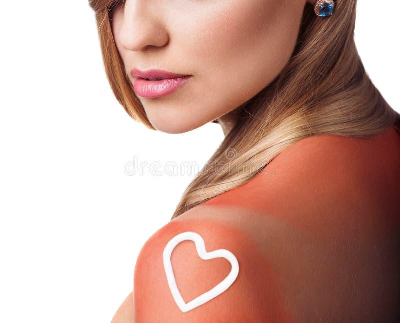 在女性肩膀的Sunblock 免版税库存照片