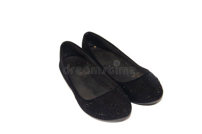 在女性腿的黑芭蕾舱内甲板在白色背景 妇女` s夏天鞋类 在一白色backgrou的企业黑芭蕾舞鞋 库存照片