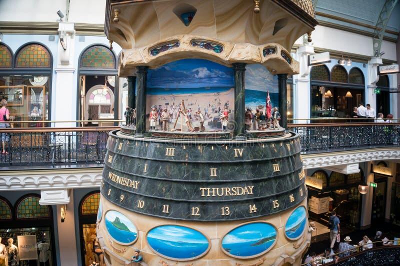 在女王利物浦大学维多利亚大厦购物拱廊的伟大的澳大利亚时钟 免版税库存图片