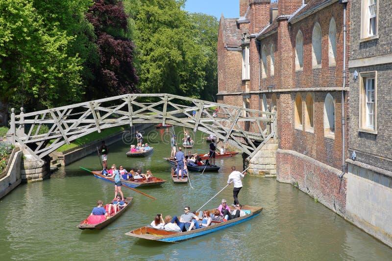 在女王学院大学的木数学桥梁有踢在河凸轮的游人和学生的 库存照片