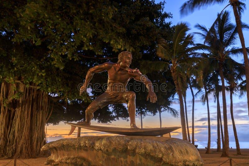 在女王的街市威基基檀香山,奥阿胡岛,夏威夷海滩地区的海浪雕象  免版税库存照片