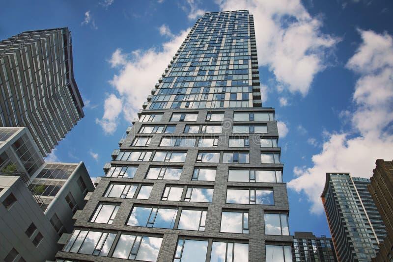 在女王街道上的多伦多公寓房 库存图片