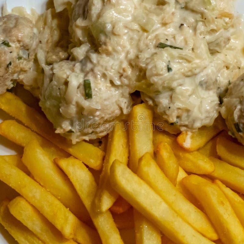 在奶油沙司的波兰丸子用在薯条的芹菜和春天葱由新鲜的土豆,自创车费做了 库存图片