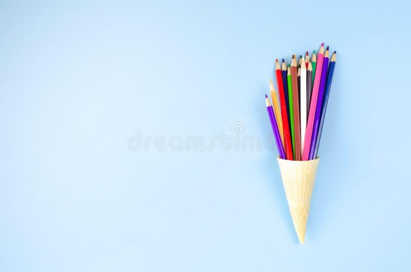 在奶蛋烘饼杯子的多彩多姿的铅笔冰淇淋 免版税库存照片